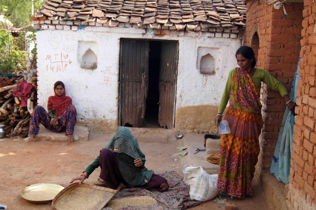 अपने घर में काशीबाई बेटी और बहू के साथ