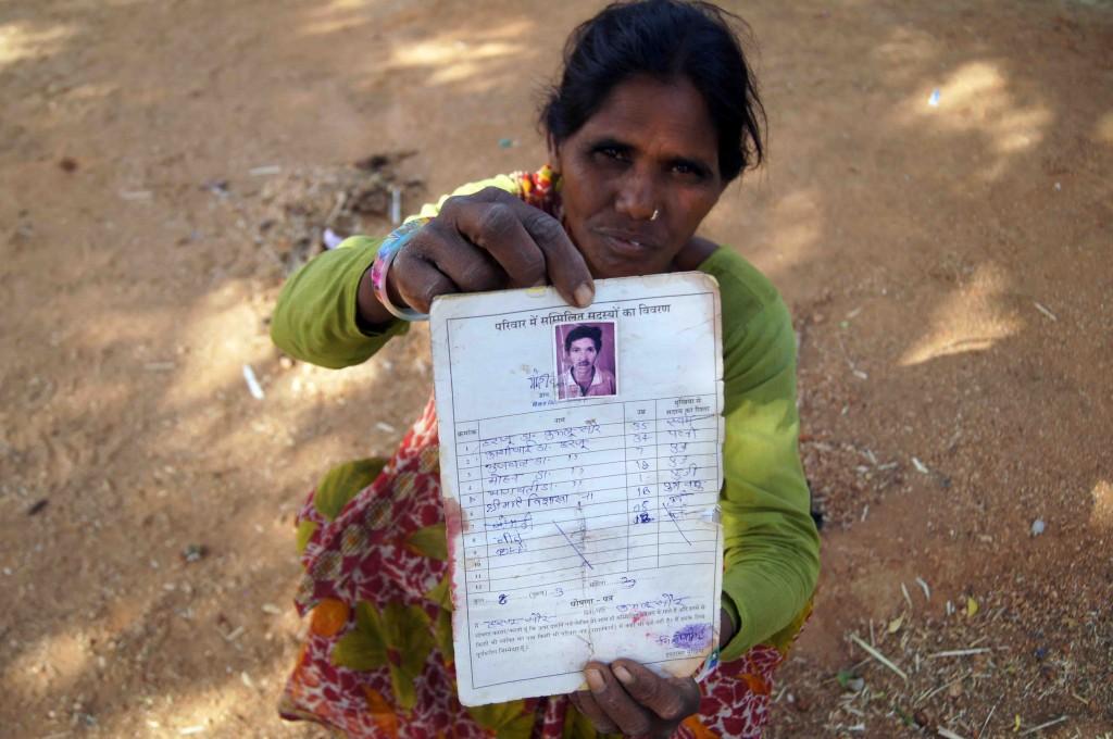 परिवार का राशन कार्ड दिखाती काशीबाई